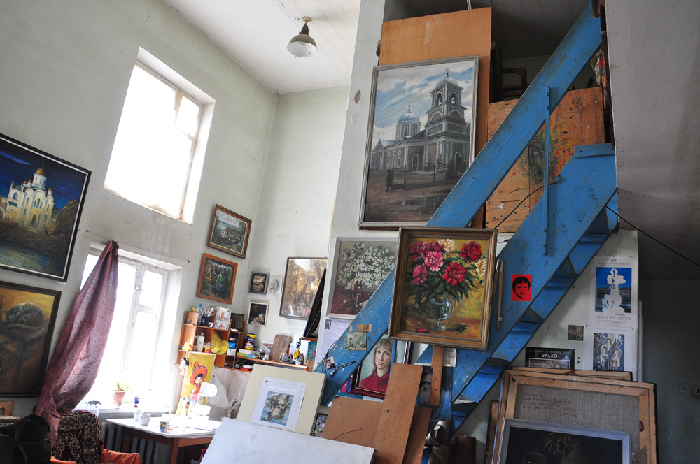 Art Tour in Transnistria - visit studio of Transnistrian painter.
